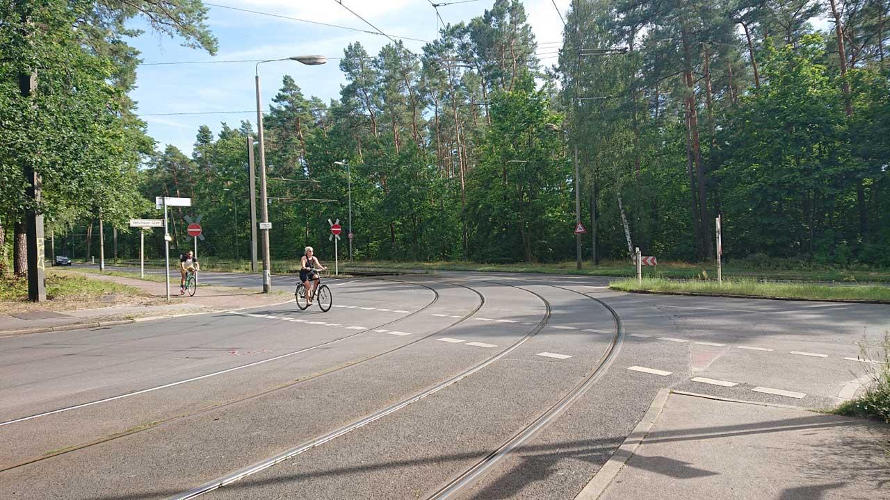 Radweg trifft Straßenbahngleise Kreuzung Adlergestell Ecke Vetschauer Allee