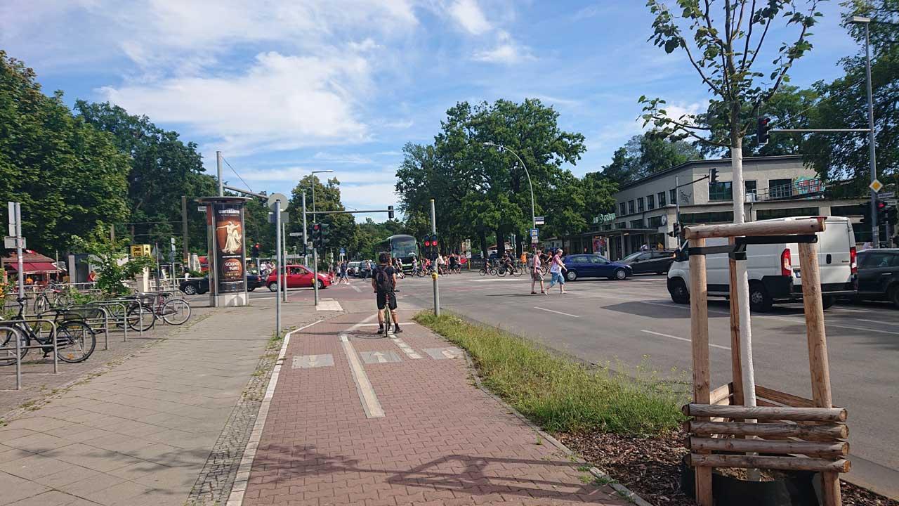 Gefahrvoller Radweg an der Kreuzung am S-Bahnhof Grünau