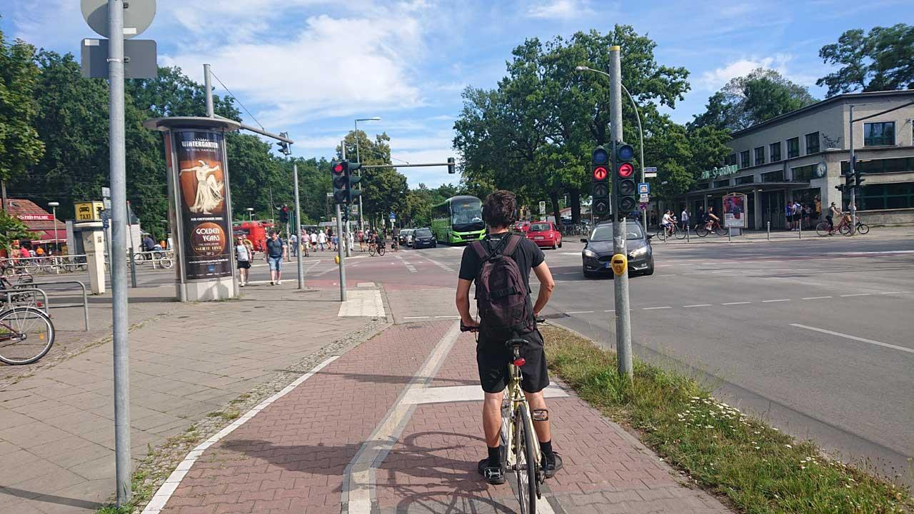 Gefährliche Kreuzung für Radfahrer - Adlergestell Ecke Wassersportallee