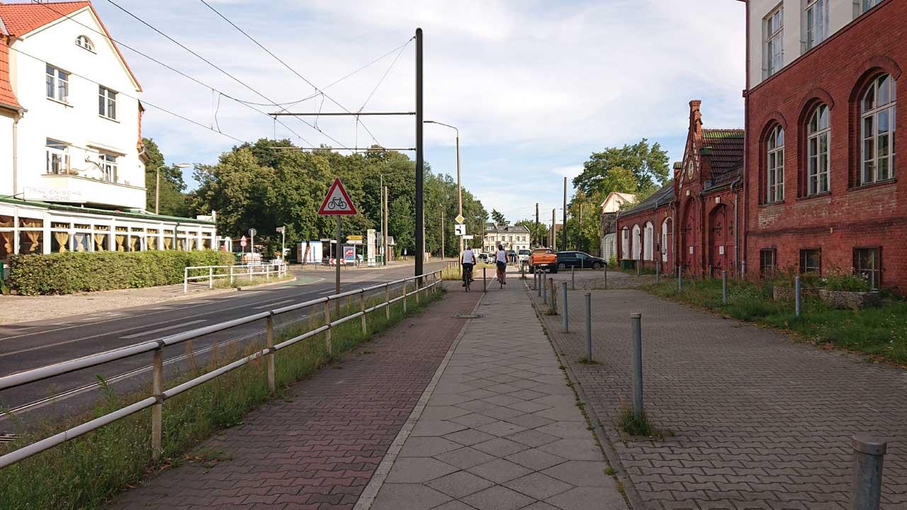 Radweg im Ortskern Schmöckwitz an der Inselschule