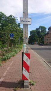 Ein kleines Schild offenbart den Zustand des Fuß- und Radweges Richtung Schmöckwitz