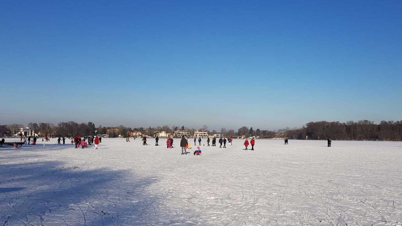 Winterfreude mit Risiko: Sonniger Sonntag lockt Hunderte aufs Eis