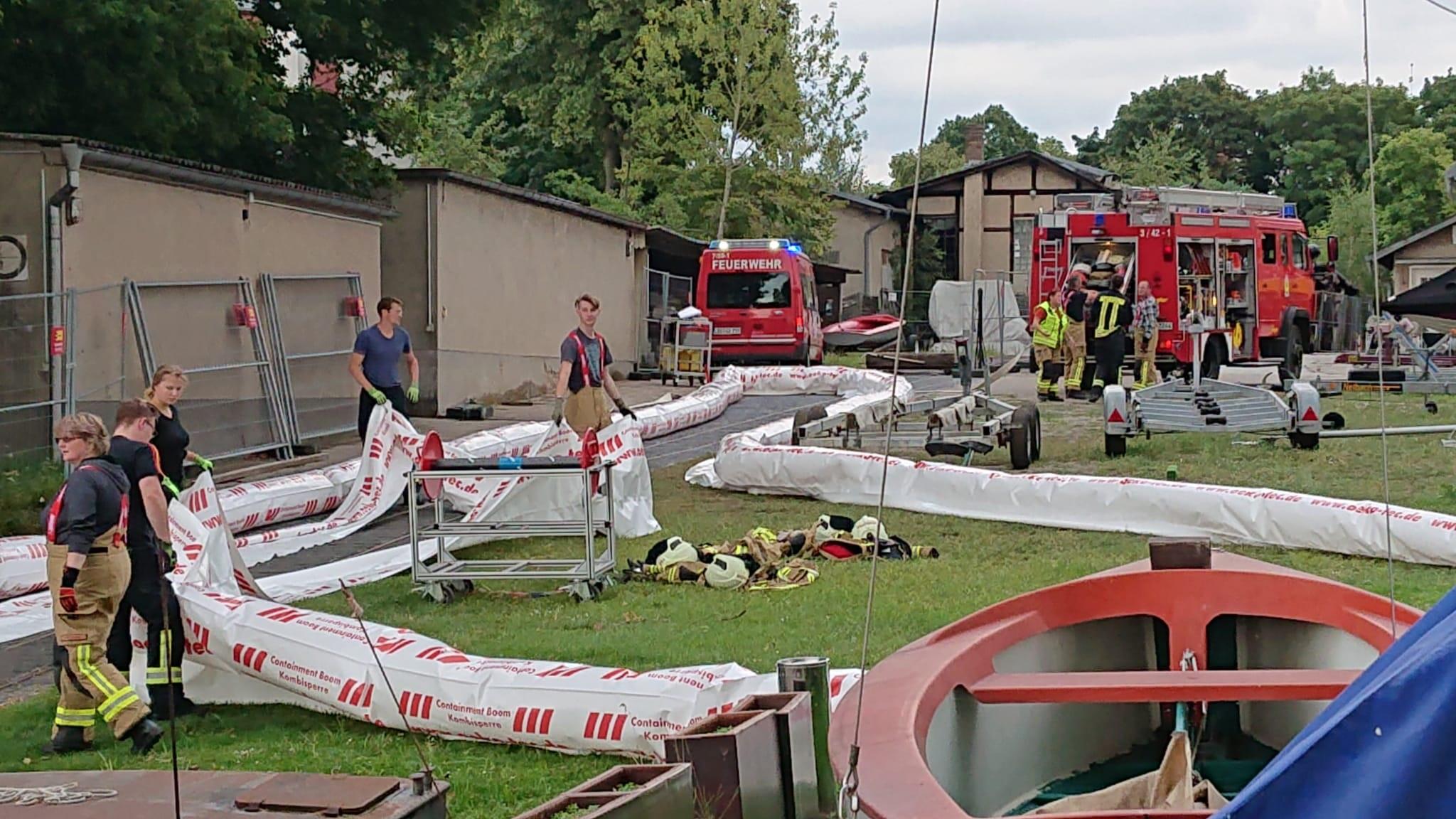 Umweltverschmutzung: Feuerwehreinsatz in Schmöckwitz
